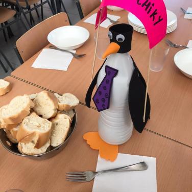 Pingüino que pide el voto en el CEIP Agustín de Argüelles